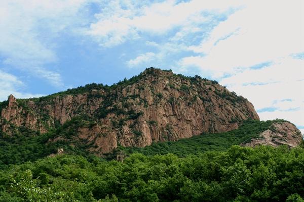 百丈崖观赏区面积10平方公里,以北京市仅存的大面积的原始橡树林